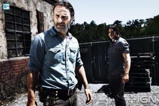norman-reedus-as-daryl-dixon-andrew-lincoln-as-rick-grimes---the-walking-dead---season-8-gallery---photo-credit-alan-clarke-amc-1505768594982_595_Mini Logo TV white - Gallery