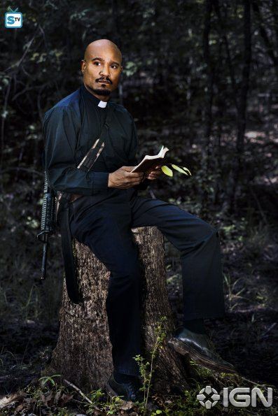 seth-gilliam-as-father-gabriel-stokes---the-walking-dead---season-8-gallery---photo-credit-alan-clarke-amc-1505768594987_595_Mini Logo TV white - Gallery