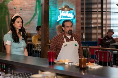 "Roswell, New Mexico -- ""Como La Flor"" -- Image Number: ROS207b_0473b.jpg -- Pictured (L-R): Jeanine Mason as Liz and Carlos Compean as Arturo -- Photo: John Golden Britt/The CW -- © 2020 The CW Network, LLC. All rights reserved"